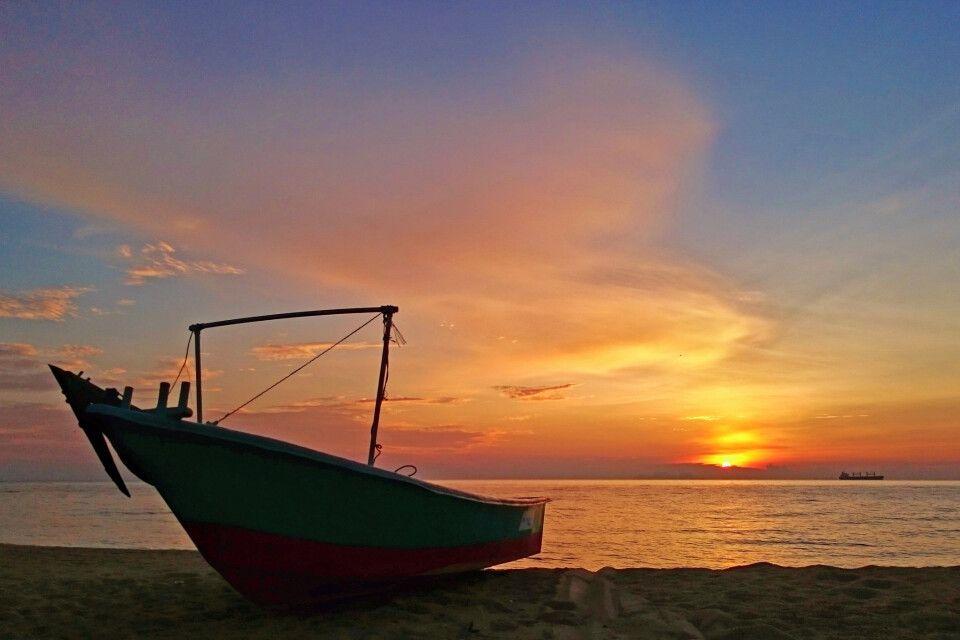 Boot am Strand vor Sonnenuntergang