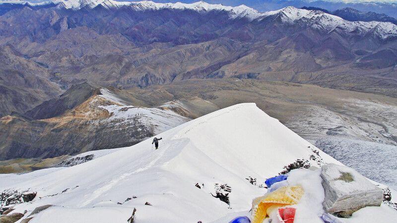 Blick vom Gipfel des Kang Yatze II auf die letzten Meter der Aufstiegsroute. © Diamir