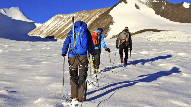 Traumhafte Morgenstimmung auf dem Gletscher Richtung Dzo Jongo © Diamir