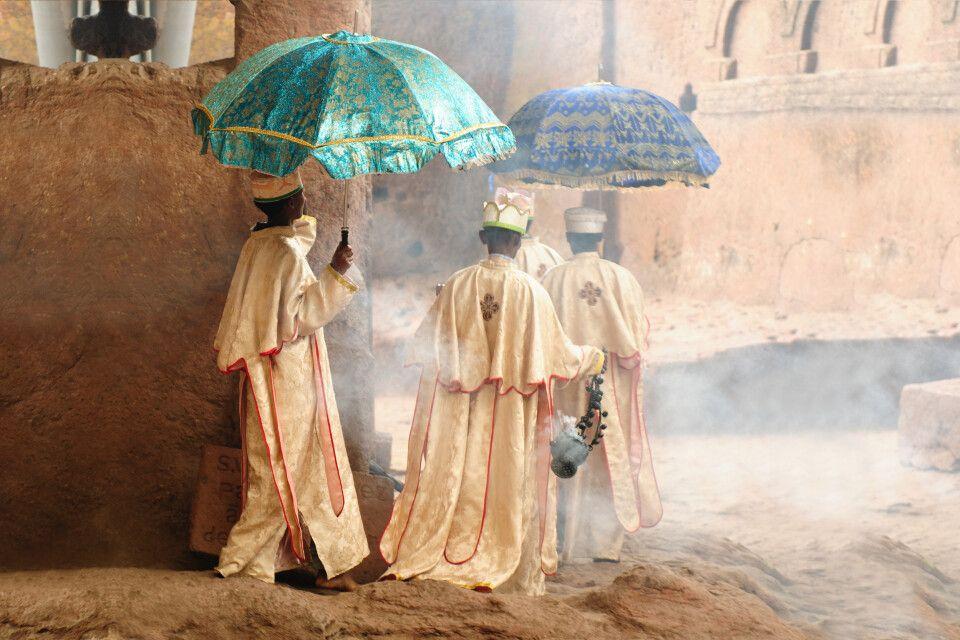 Äthiopisch orthodoxe Priester auf dem Weg in die Kirche in Lalibela