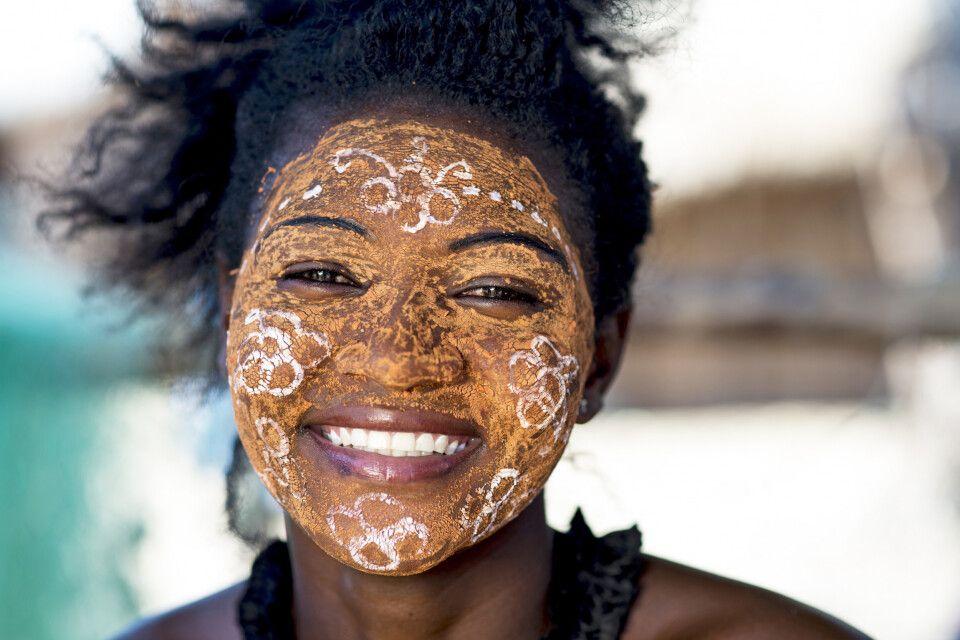 Frau mit traditioneller Bemalung