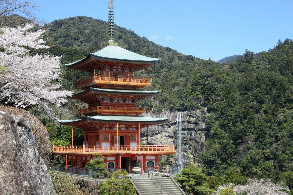 Diese pittoreske Pagode vor einem malerischen Wasserfall liegt am Kumano Kodo Pilgerweg.