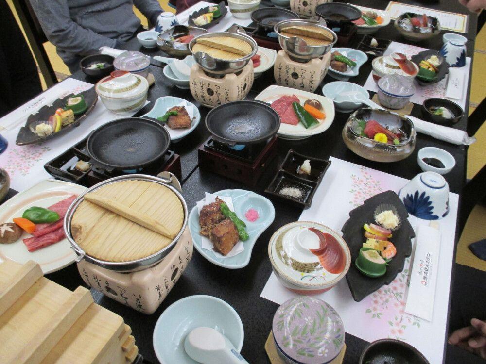 Das traditionelle Abendessen im Ryokan besteht aus zahlreichen Gängen.