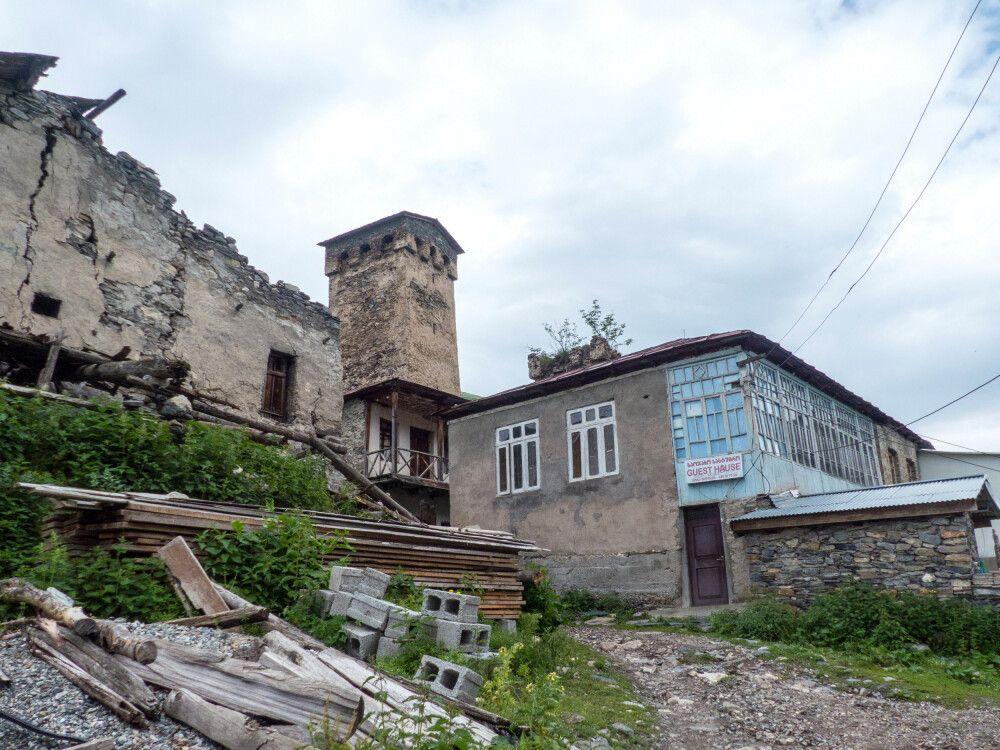 Eines der Gasthäuser in Adishi