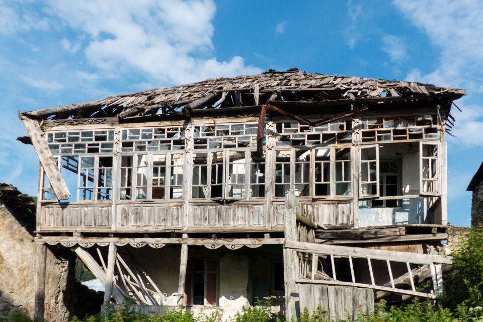 mächtige Lawinen zerstörten viele Häuser in Adishi