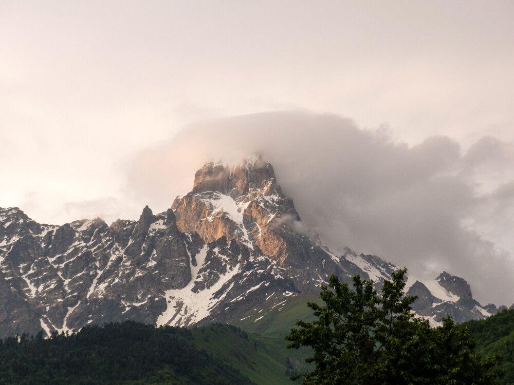 Mystische Wolken über der Ushba