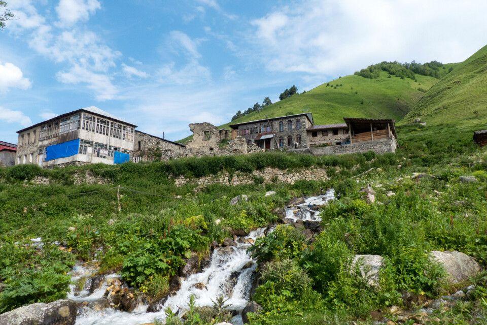 blauer Himmel über den Georgischen Bergen