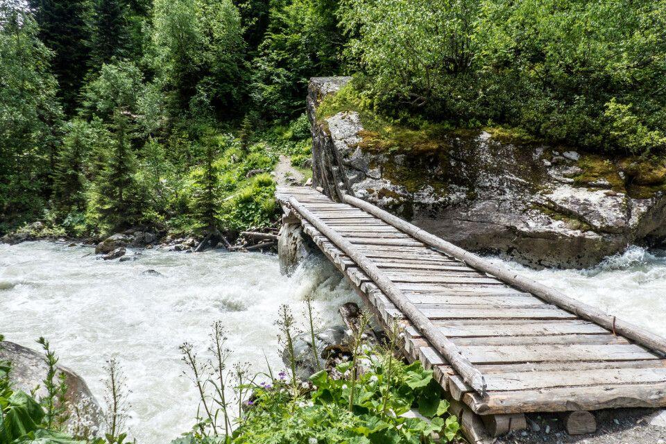 Holzbrücken führen über die großen Flüsse