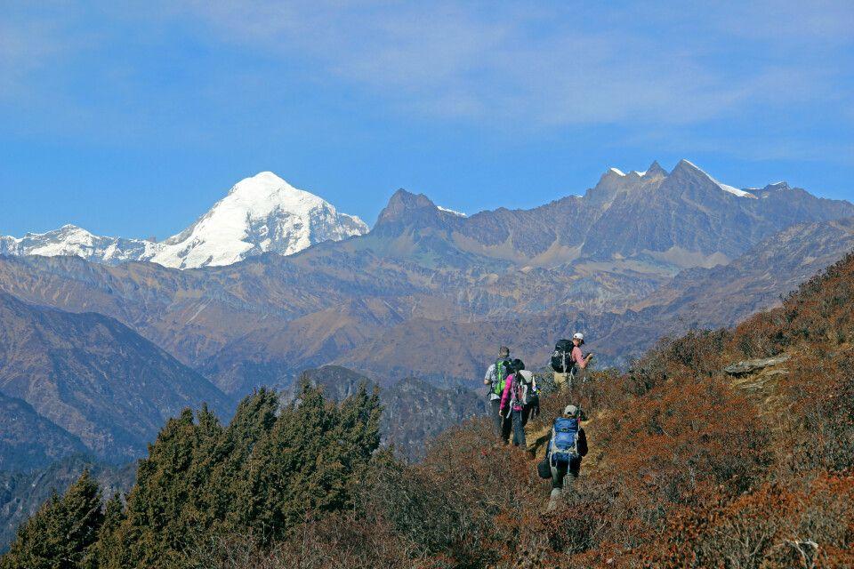 Unterwegs auf dem Druk Path Trek. Im Hintergrund thront der Jomolhari (7320m).