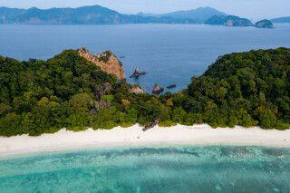 Luftaufnahme eines langen Sandstrandes einer tropischen Insel im Mergui-Archipel