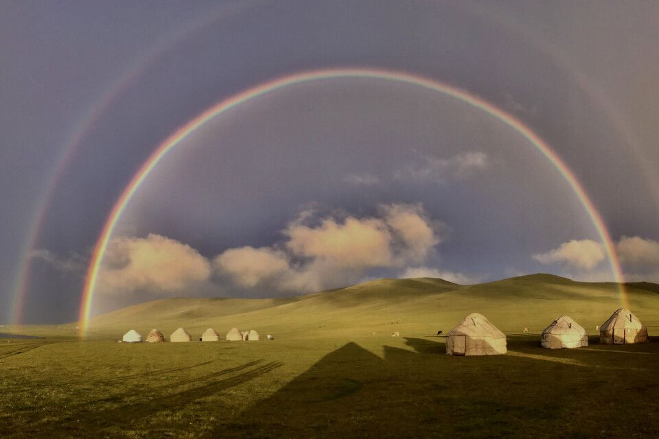 Jurten mit Regenbogen
