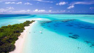 Blaues Meer und kleine Inseln