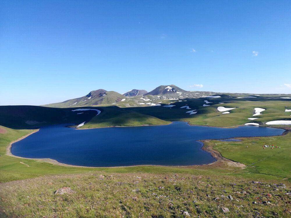 Herrlicher Blick auf einen Bergsee