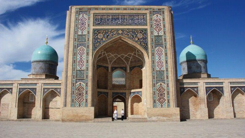 Taschkent Barak Khan Medrese auf Khast Imam Platz © Diamir