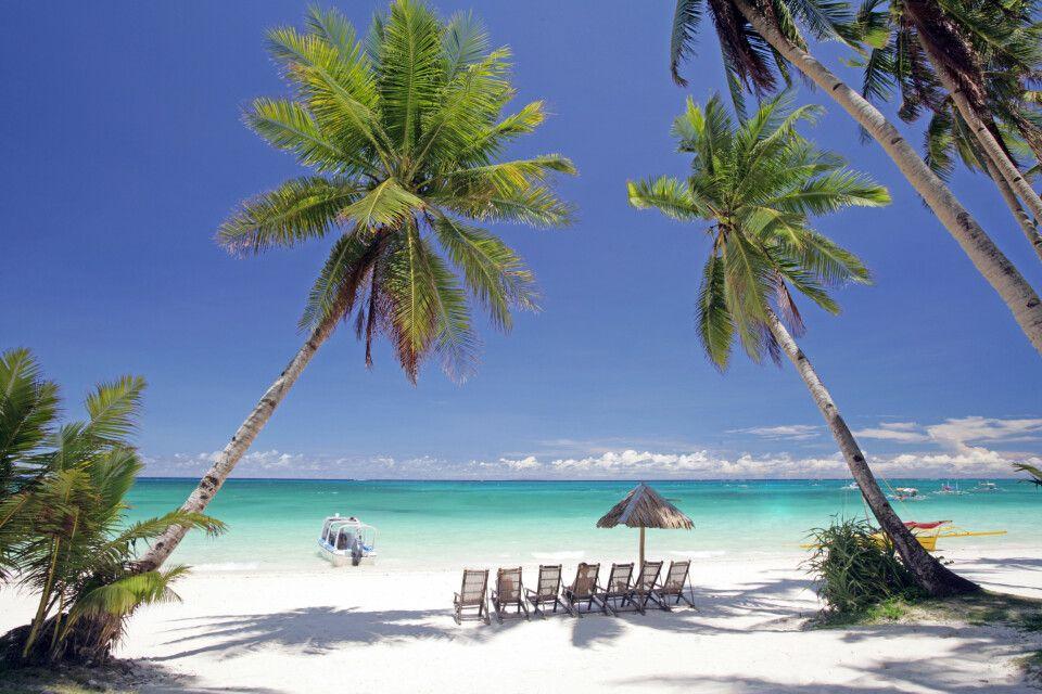 Sandstrand mit Palmen von Boracay