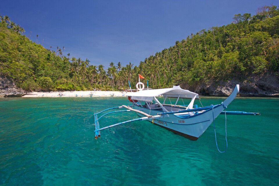 Fischerboot vor dem Strand von Mindoro