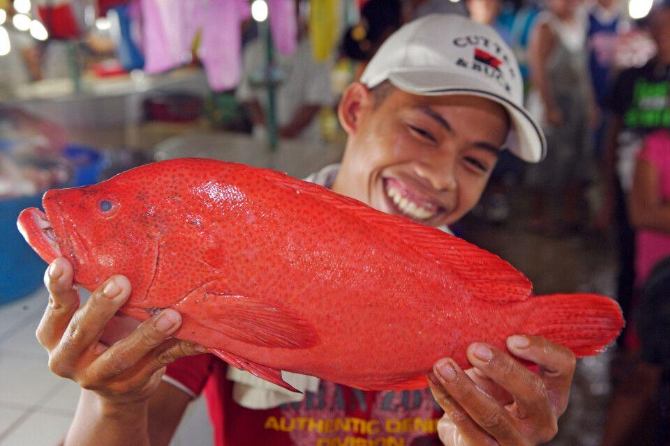 Stolzer Filipino mit seinem Fang