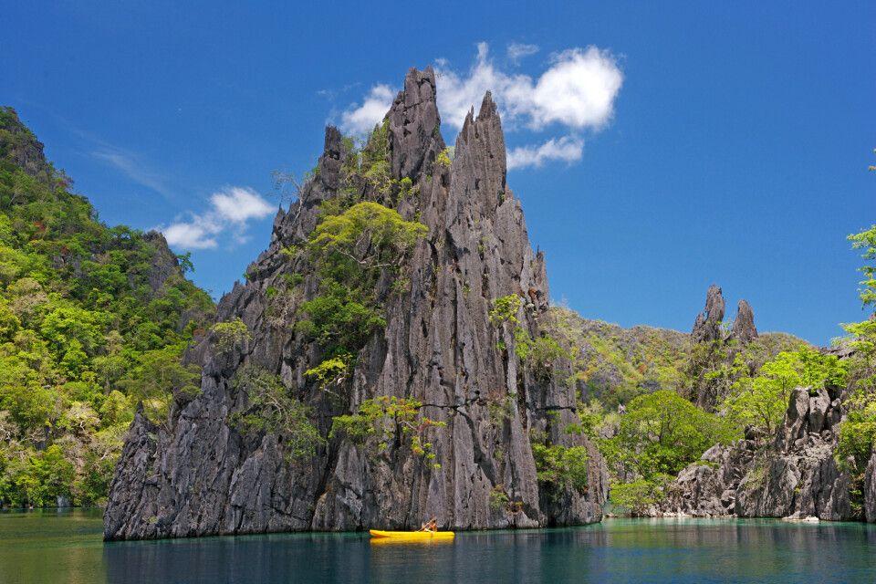 Kajakfahrt in der philippinischen Inselwelt