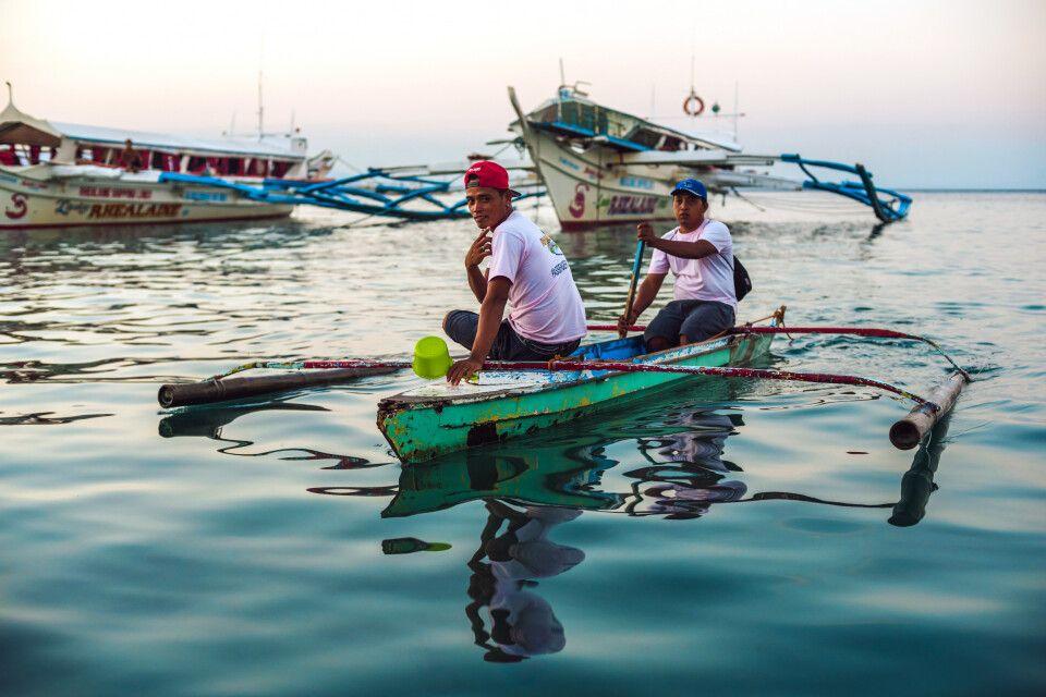 Mit einem Auslegerboot, Banca, zum Fischen