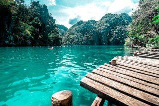Glasklares Wasser, Badestege und die aufragenden Inseln um Palawan
