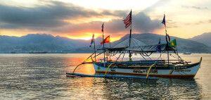 Mit einem Auslegerboot, Banca, durch die Inselwelt der Philippinen