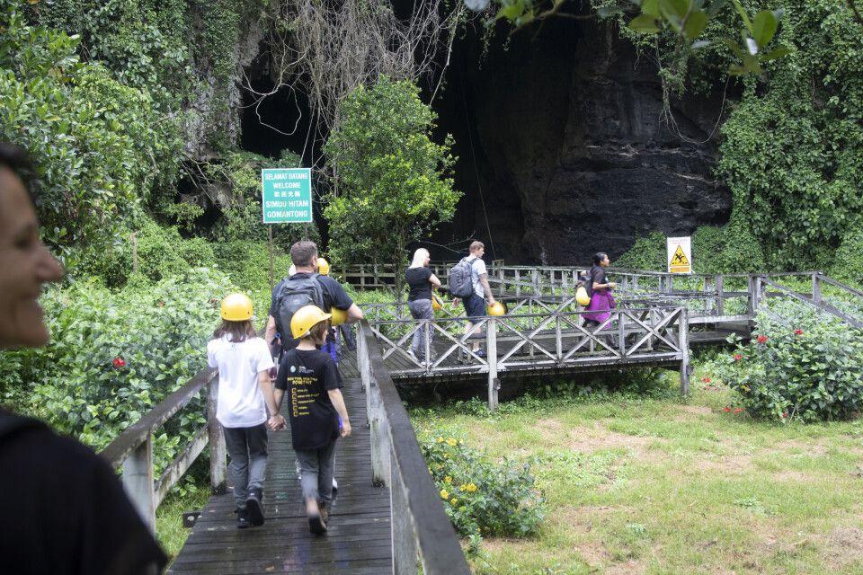 Schon am Eingang der Gomantong Höhle strömt einem Guano-Duft in die Nase