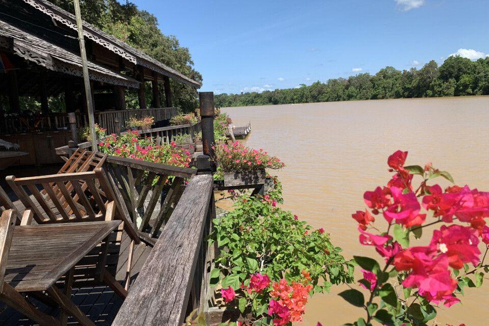 Blick über den mächtigen Kinabatangan aus der Sukau Rainforest Lodge