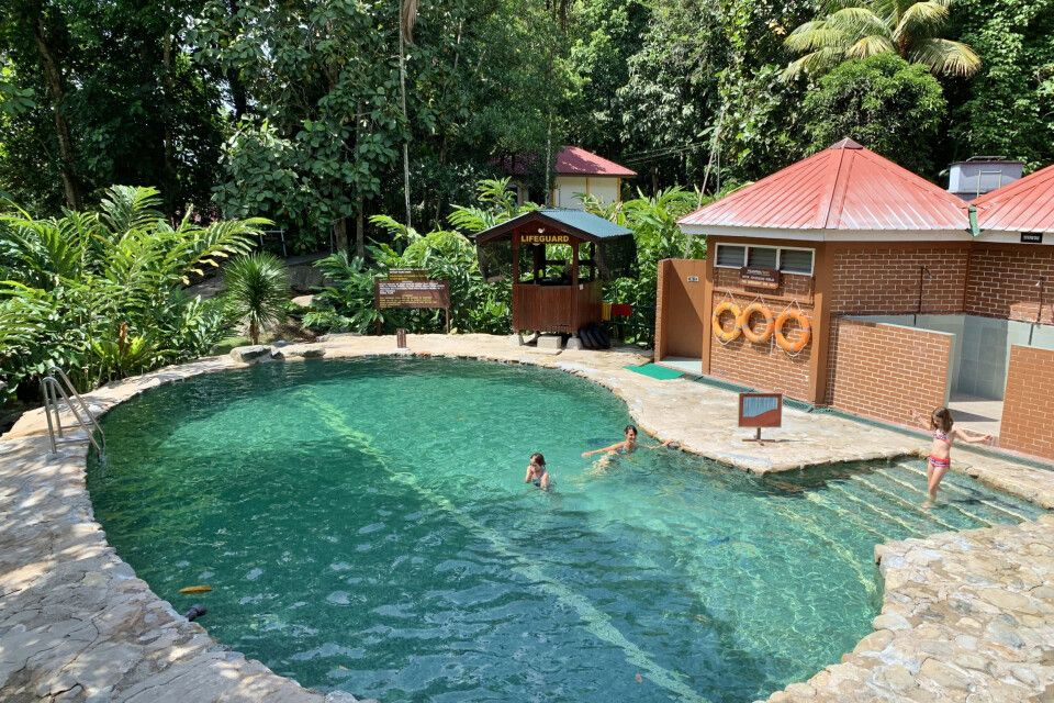 Schwimmbecken in den Poring Hot Springs