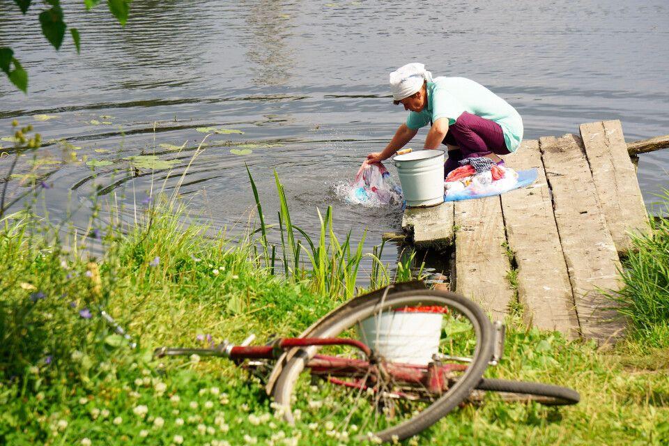Beim Waschen der Wäsche am Flussufer