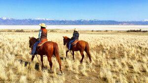 Zwei Reiterinnen auf Antelope Island, Utah
