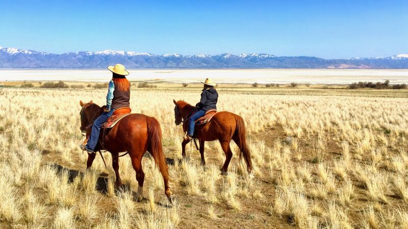 Zwei Reiterinnen auf Antelope Island, Utah © Diamir