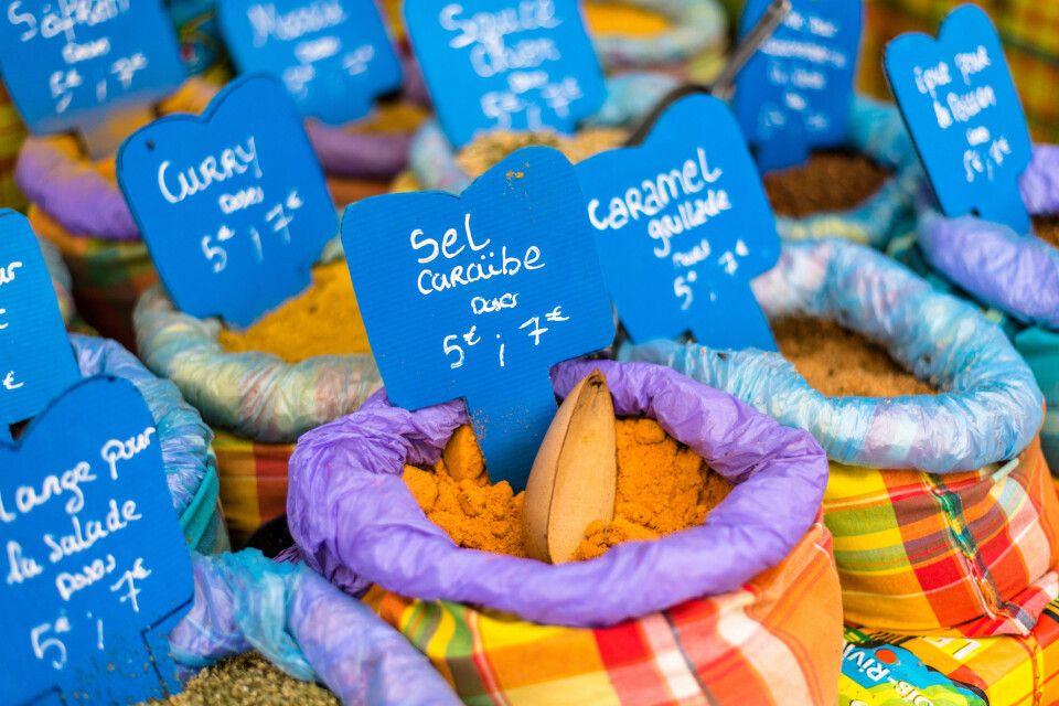 verschiedene Gewürze auf einem Markt, Guadeloupe