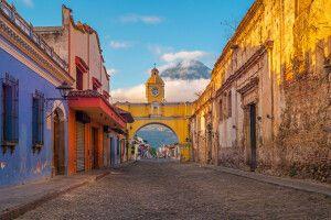 Antigua mit dem Vulkan Agua im Hintergrund