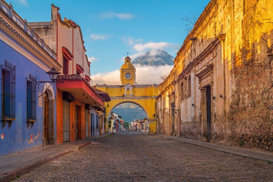 Antigua City mit Vulkan Agua