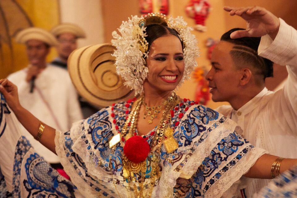 Tanzende Panamaer in landestypischer Tracht