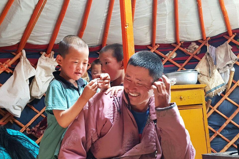 Zu Besuch bei einer Nomadenfamilie in ihrem Ger (Jurte)