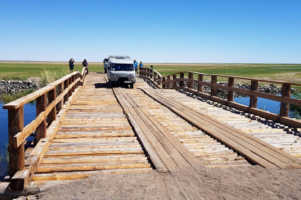 Mit dem UAZ über eine Holzbrücke