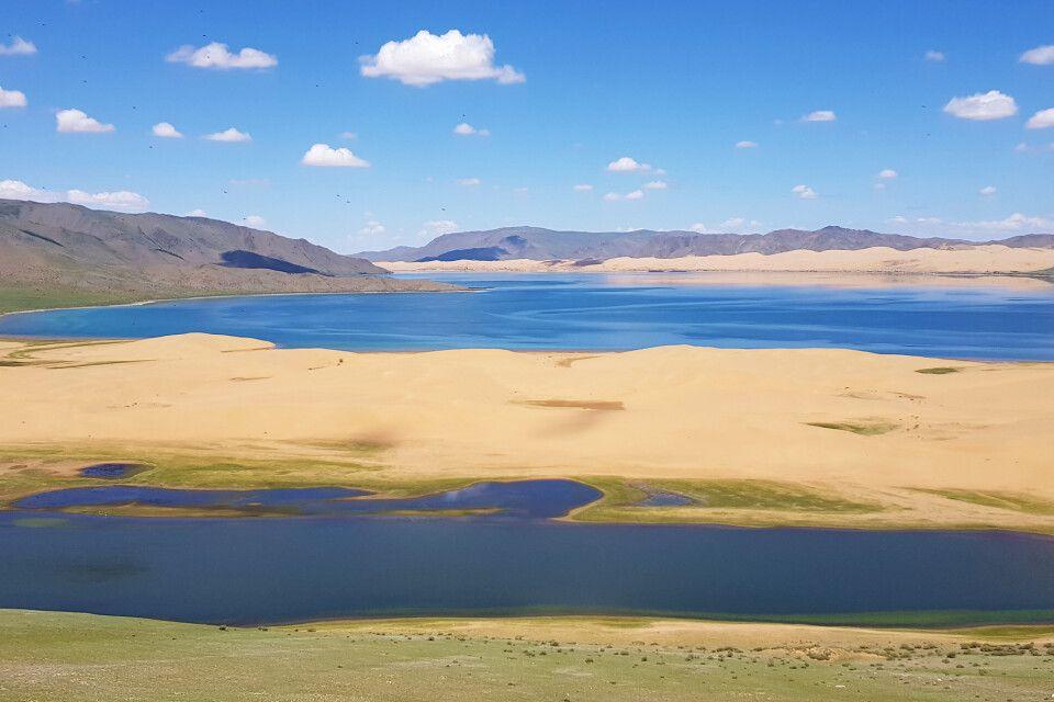 Eingebettet ins Sanddünen befindet sich der Schwarze See