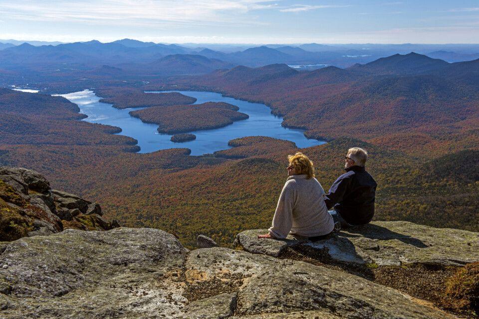 Blick auf Lake Placid vom Gipfel des Whiteface Mountain