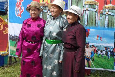 Damen im traditionellen Deel - wunderschön und praktisch zugleich