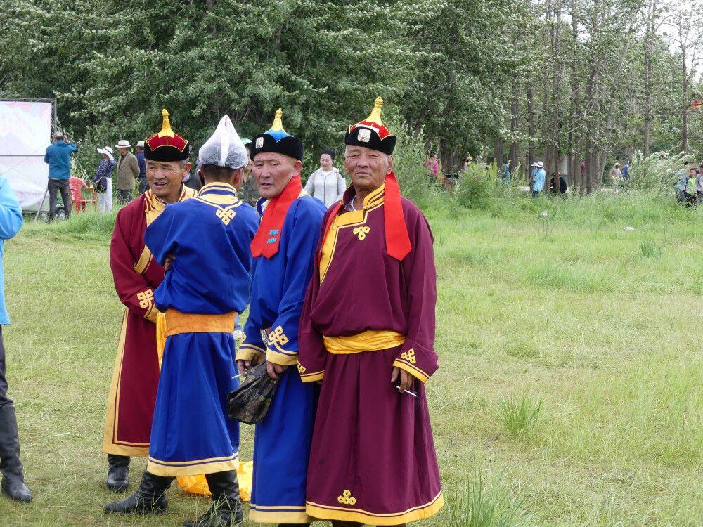 Männer in Tracht – beim Naadam Fest