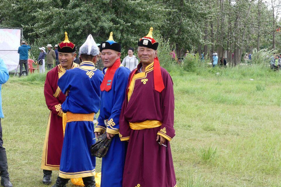 Männer in Tracht - beim Naadam Fest