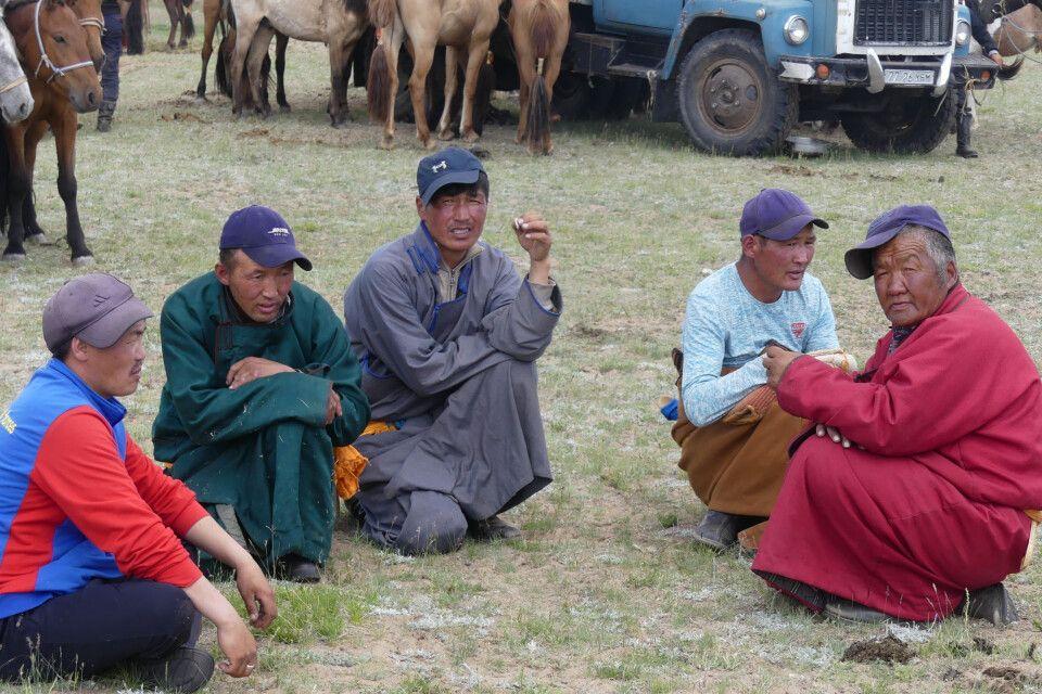 Männerrunde beim kleinen Naadam Fest