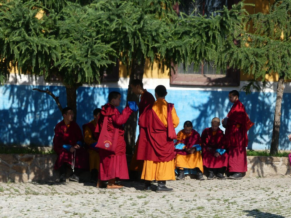 Mönche im Gandan Kloster in Ulaanbaatar