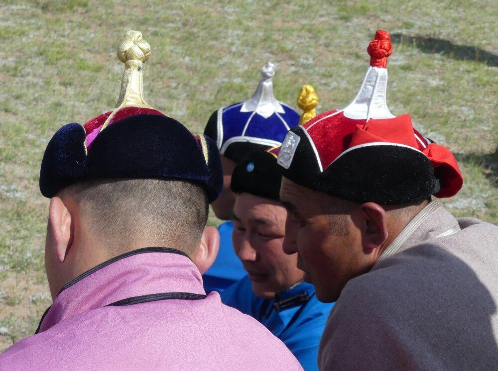 Mongolische Hüte – traditionelle Kleidung darf beim Naadam Fest nicht fehlen.