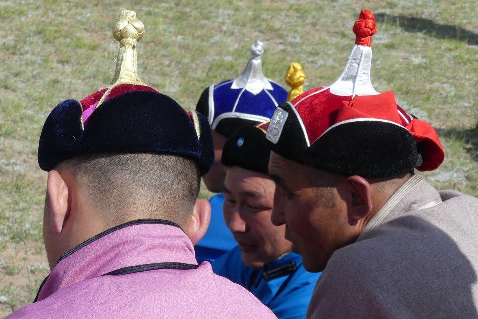 Mongolische Hüte - traditionelle Kleidung darf beim Naadam Fest nicht fehlen.