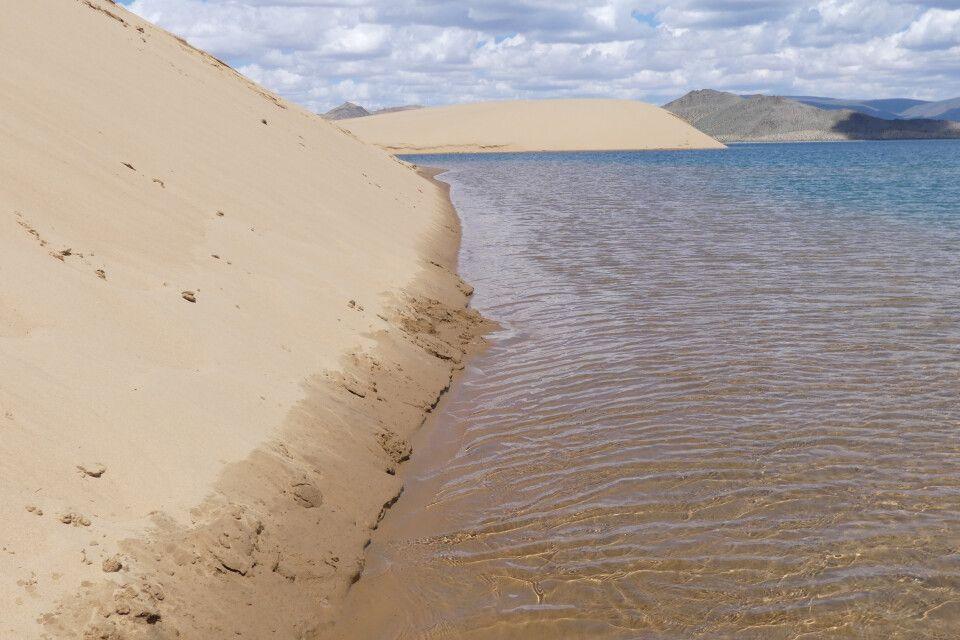 Die gigantischen Sanddünen kalben hier direkt in den Schwarzen See