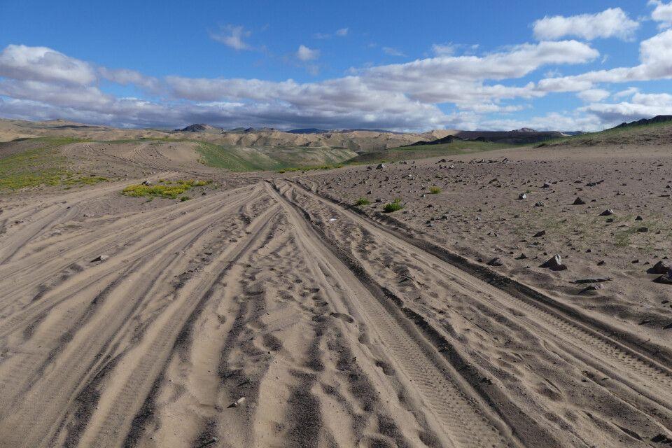 Sandige Pisten zu den riesigen Sanddünen Ikh Mongol