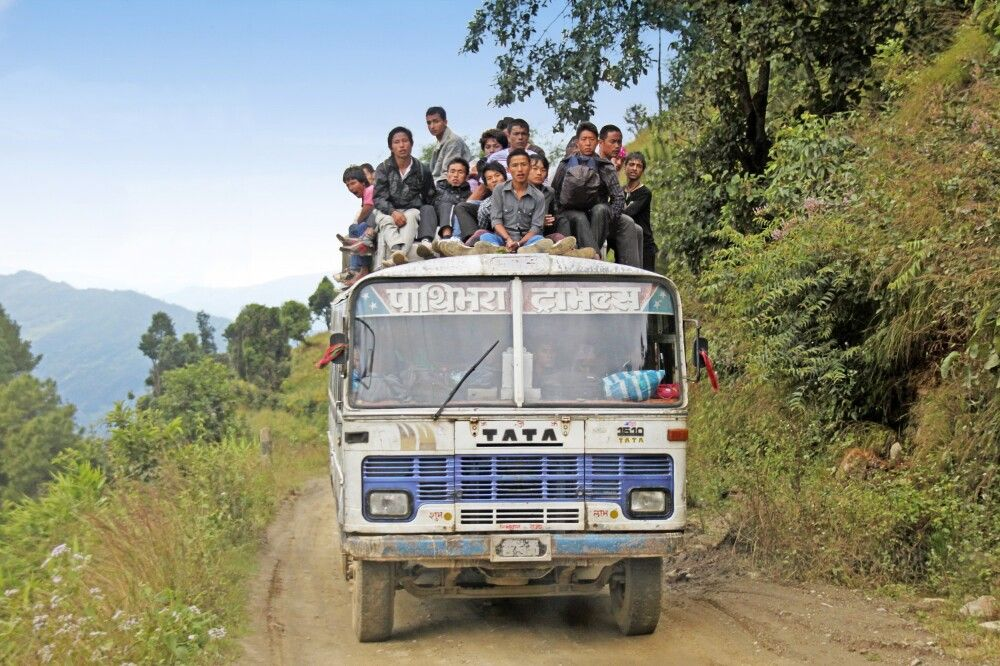 Die Nepalis sitzen nicht nur im Bus, sondern gern auch auf dem Dach.