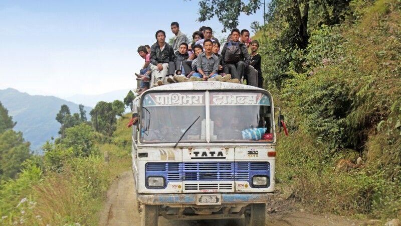 Die Nepalis sitzen nicht nur im Bus, sondern gern auch auf dem Dach. © Diamir